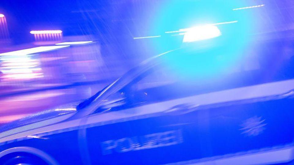 Ein Polizeiauto fährt im Einsatz mit Blaulicht über eine Straße. Foto: Patrick Seeger/dpa/Archivbild