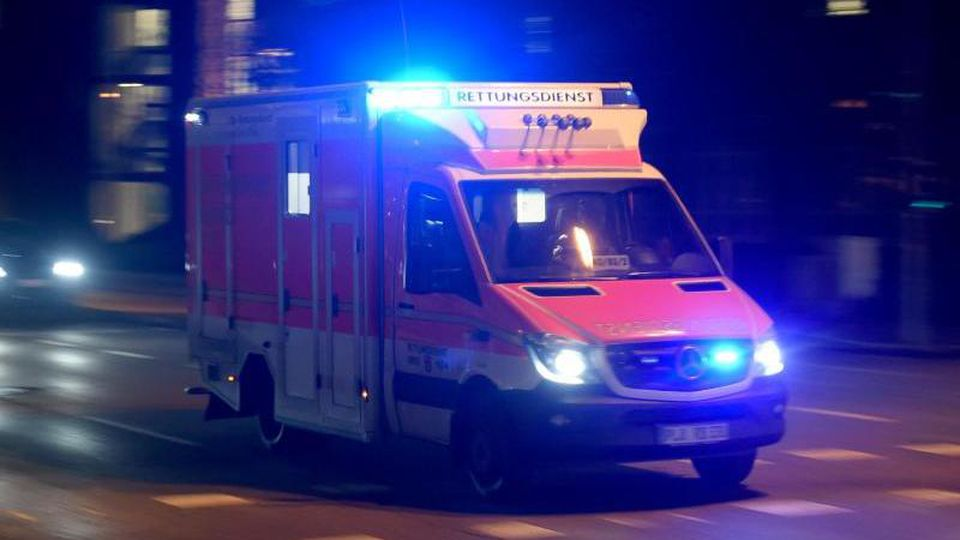 Ein Rettungswagen fährt abends mit Blaulicht über die beleuchtete Straße. Foto: Carsten Rehder/dpa/Symbolbild