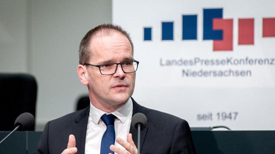 Grant Hendrik Tonne (SPD), Kultusminister von Niedersachsen, spricht vor Journalisten. Foto: Hauke-Christian Dittrich/dpa/Archivbild
