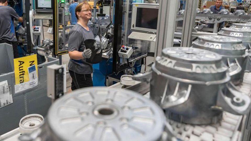 Eine Mitarbeiterin eines Herstellers von Ventilatoren und Elektromotoren montiert Lüfter. Die deutsche Elektroindustrie hat ihre Exporte kräftig gesteigert. Foto: Daniel Maurer