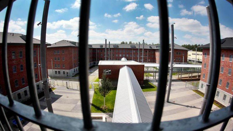 Blick aus einer Zelle in einer Justizvollzugsanstalt. Foto: Oliver Berg/dpa/Illustration