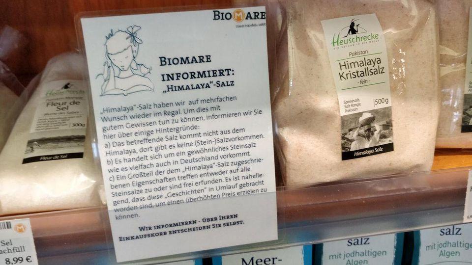 """Der Händler """"Biomare"""" in Leipzig informiert seine Kunden über die Hintergründe des Salzes."""