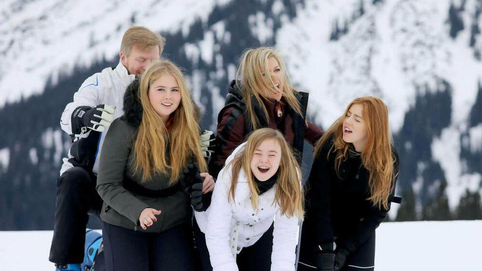 König Willem-Alexander und Königin Máxima mit ihren Töchtern, den Prinzessinnen Amalia, Ariane und Alexia am Arlberg (v.l.n.r.)
