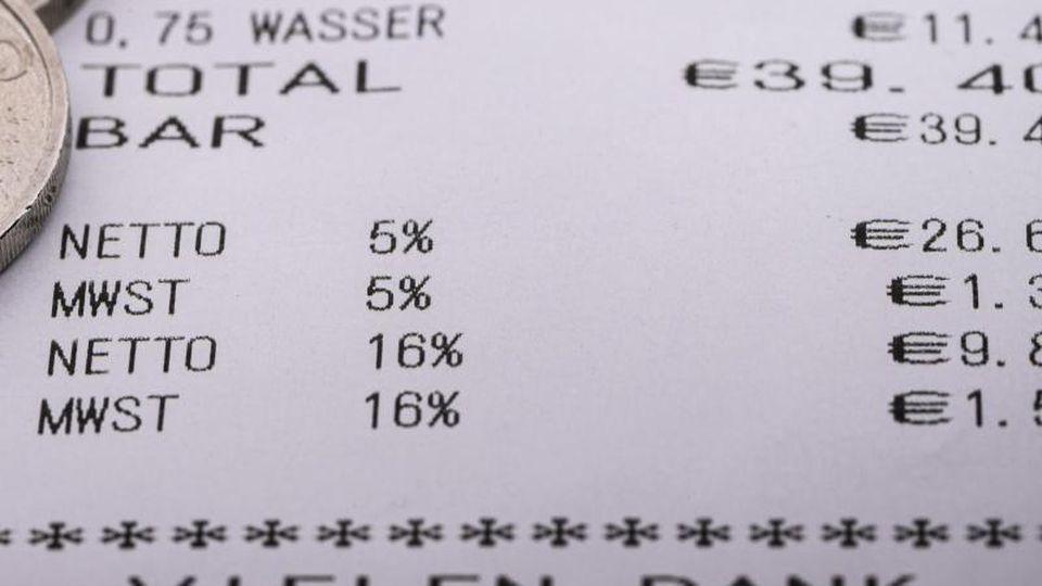 Der gesenkte Mehrwertsteuersatz auf einem Kassenzettel. Foto: Robert Michael/dpa-Zentralbild/dpa/Symbolbild