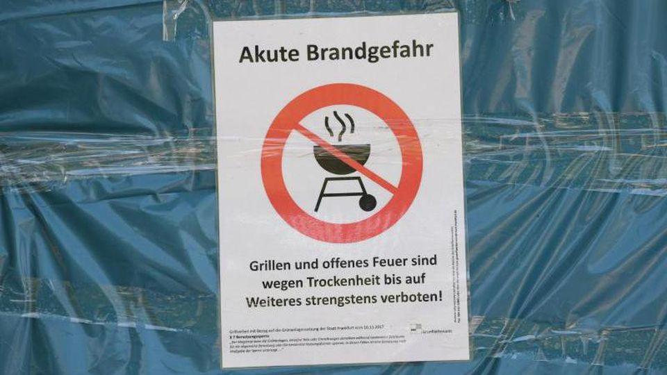 Ein Schild weist auf Grillverbot wegen Trockenheit hin. Foto: Arne Dedert/dpa/Archivbild