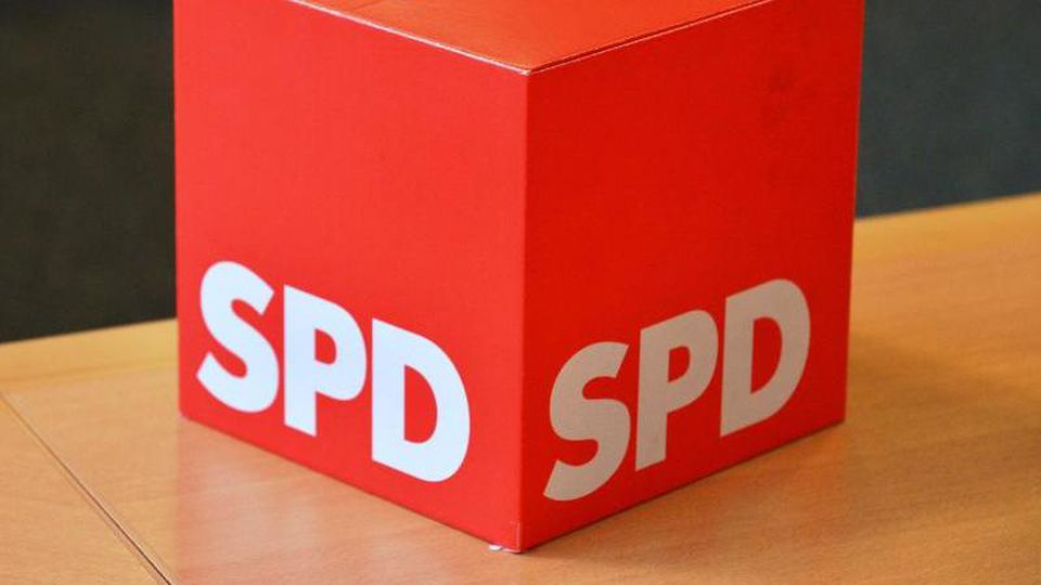 """Ein Wahlurne mit der Aufschrift """"SPD"""" steht im Fraktionssitzungsraum im Thüringer Landtag. Foto: Martin Schutt/Archiv"""
