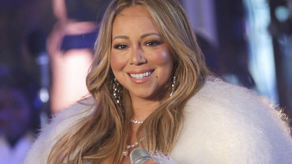 ARCHIV - 31.12.2017, USA, New York: Mariah Carey, Sängerin aus den USA, tritt bei der Silvesterfeier auf dem Times Square auf. Foto: Brent N. Clarke/Invision/dpa +++ dpa-Bildfunk +++