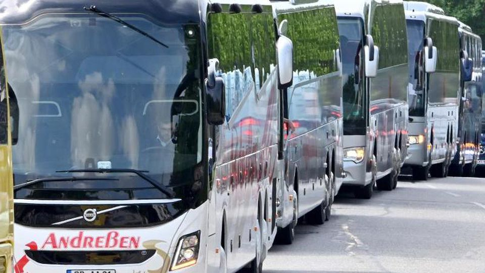 Proteste der Reisebus-Unternehmer in Kiel. Foto: Carsten Rehder/dpa