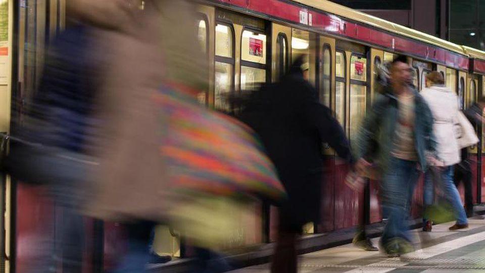 Reisende steigen aus einer S-Bahn aus. Foto: Lukas Schulze/dpa/Archivbild