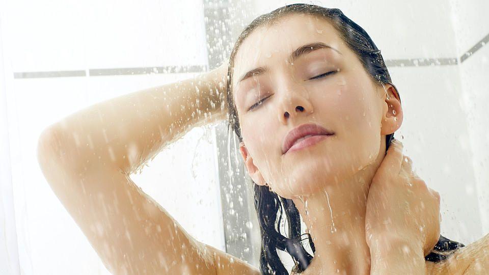Bestimmte Shampoos helfen gegen schnell fettendes Haar. Welche Pflege- und Styling-Tricks gibt es sonst noch?