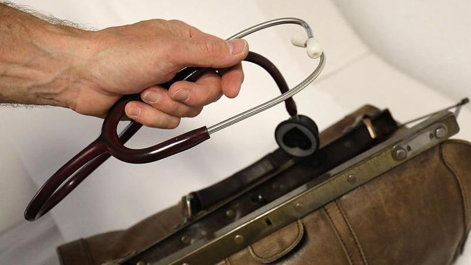 Ein Landarzt nimmt sein Stethoskop aus dem Koffer. Foto: Oliver Berg/Archivbild
