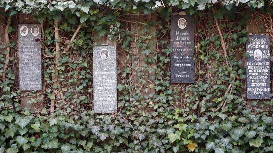 Gedenksteine hängen im Rosengarten der Gedenkstätte Bullenhuser Damm. Foto: Bodo Marks/Archivbild