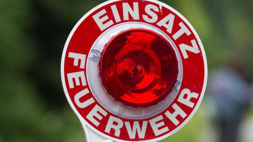 """Eine Kelle mit der Aufschrift """"Einsatz Feuerwehr"""". Foto: Armin Weigel/dpa/Archivbild"""