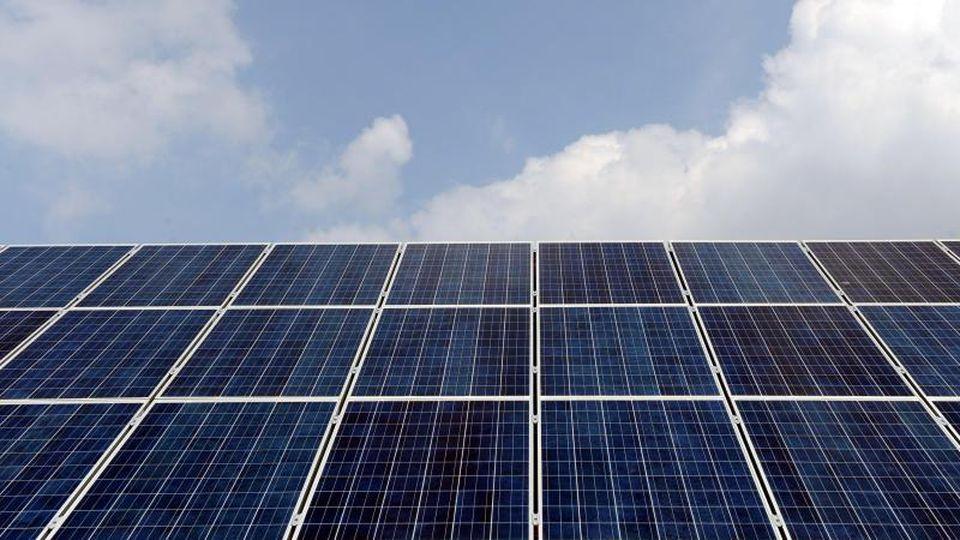 Die Aufnahme zeigt ein Dach mit Solarpanels auf einem Haus. Foto: Ingo Wagner/dpa/Archivbild