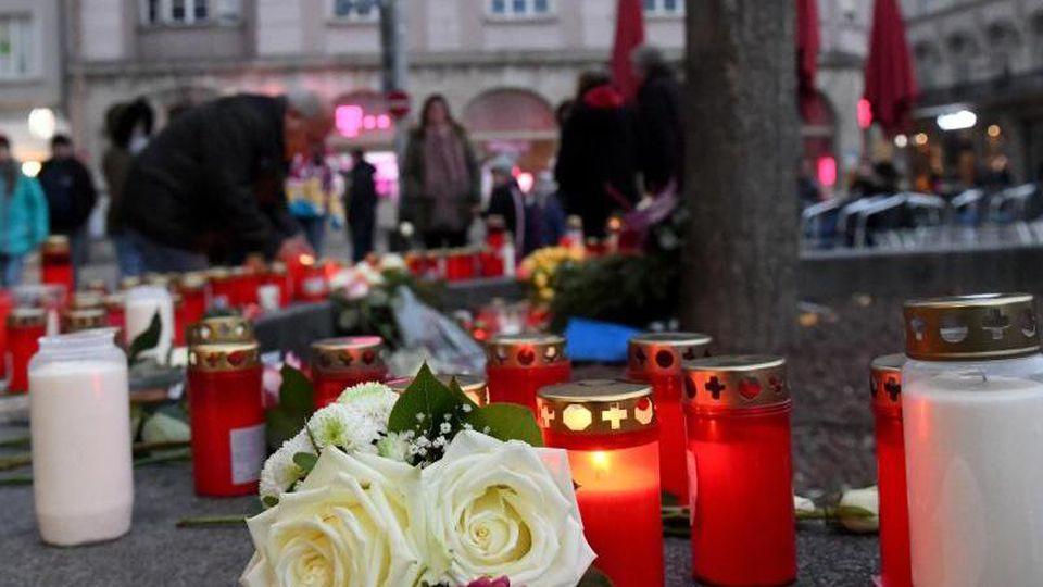 Kerzen und Blumen zum Gedenken an den getöteten Feuerwehrmann am Augsburger Königsplatz. Foto: Stefan Puchner/dpa