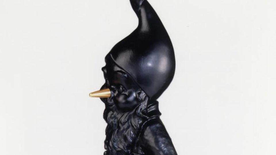 Das Bild zeigt den Schmähpreis Plagiarius, ein schwarzer Zwerg mit goldener Nase. Foto: Aktion Plagiarius e.V./dpa/Aktuell