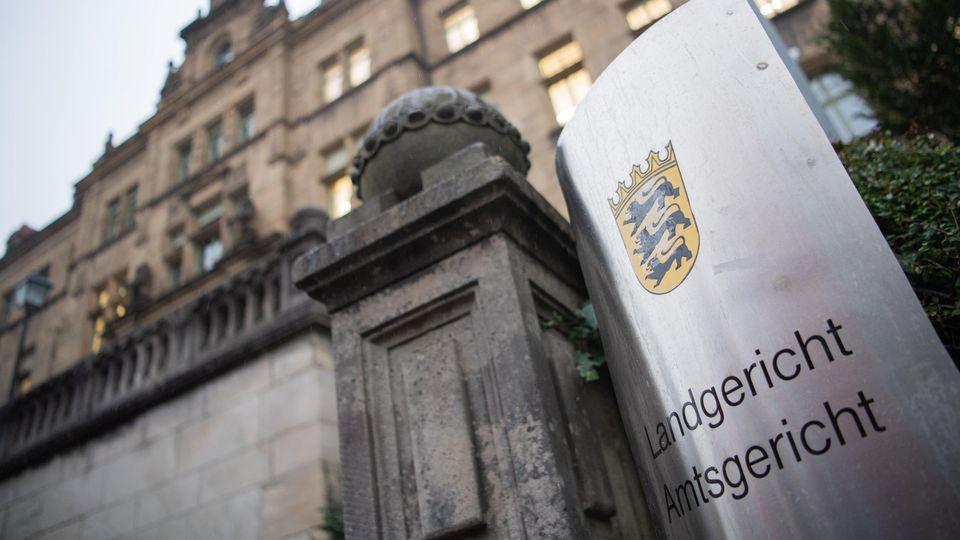 Ein 37-Jähriger muss sich vor dem Landgericht in Tübingen verantworten, weil er eine Altenpflegerin dazu angestiftet haben soll, Senioren sexuell zu missbrauchen.