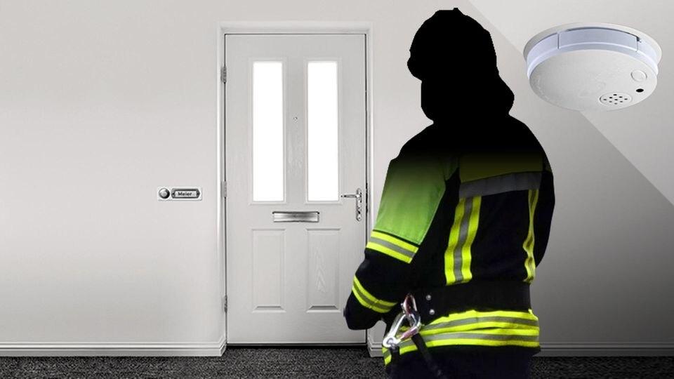 Betrüger in Feuerwehrbekleidung geben sich als Rauchmelder-Kontrolleure aus.