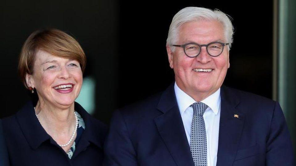 Frank-Walter Steinmeier, Bundespräsident, und Elke Büdenbender gemeinsam auf einer Veranstaltung. Foto: Jan Woitas/zb/dpa