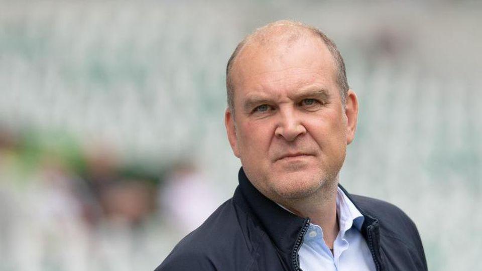 Jörg Schmadtke, Geschäftsführer Sport beim VfL Wolfsburg, ist vor dem Spiel im Stadion. Foto: Swen Pförtner