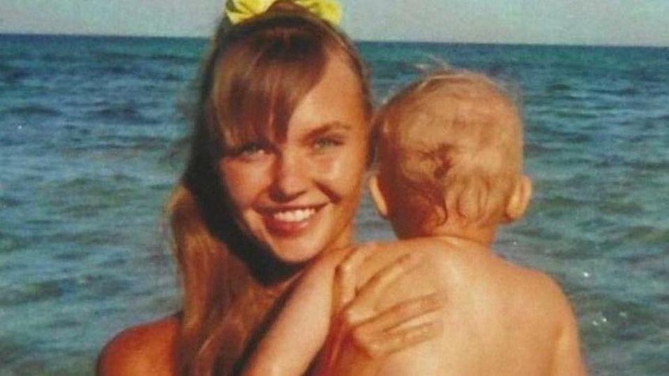 Bonnie Strange mit Töchterchen Goldie am Strand von Ibiza.