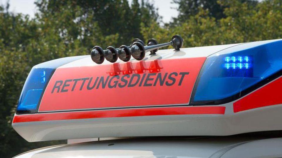 Blaulicht leuchtet an einem Rettungswagen. Foto: picture alliance/dpa/Symbolbild