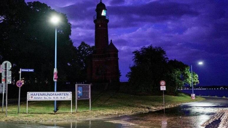 Die Straßen in Kiel sind am Abend überflutet. Foto: Axel Heimken/dpa