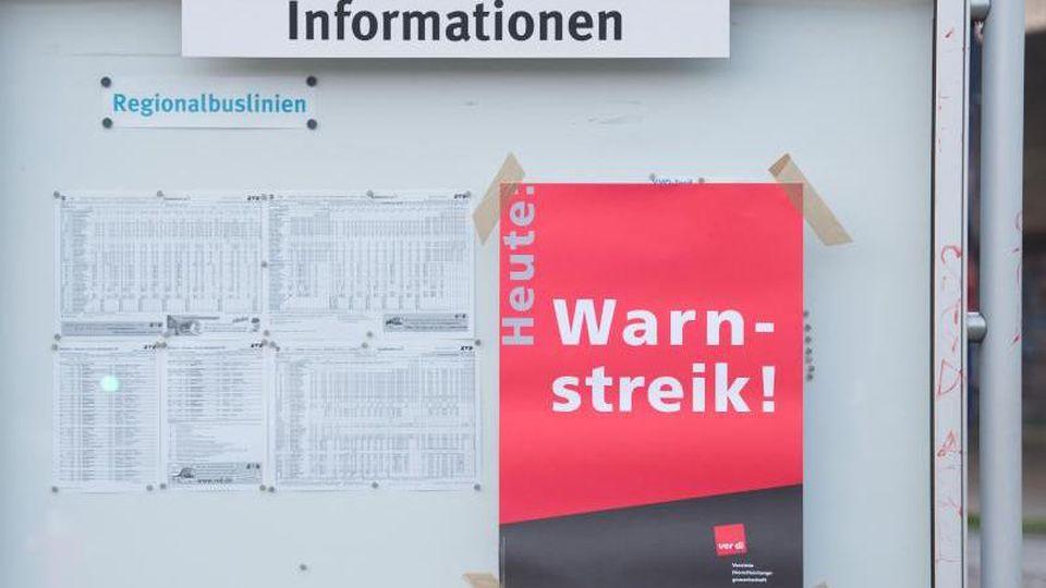"""Ein Poster mit der Aufschrift """"Warnstreik"""" klebt an einer Informationstafel. Foto: Sebastian Kahnert/Archiv"""