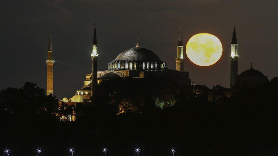 Vollmond über Istanbul und über der ganzen Erde: Der Halloween-Blue Moon am 31. Oktober scheint über alle Zeitzonen hinweg.