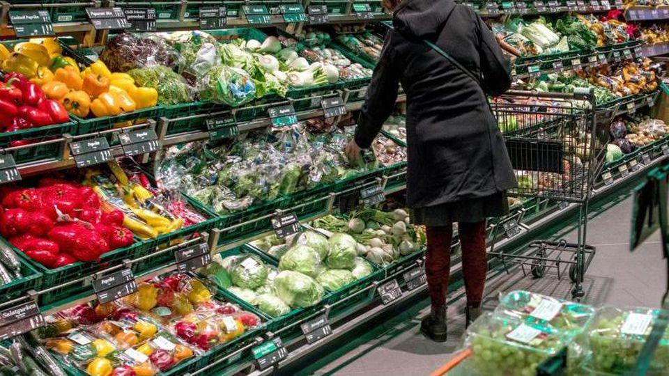 So weit das Auge reicht: Obst und Gemüse in Plastikverpackungen. Foto: Jens Büttner/Archiv