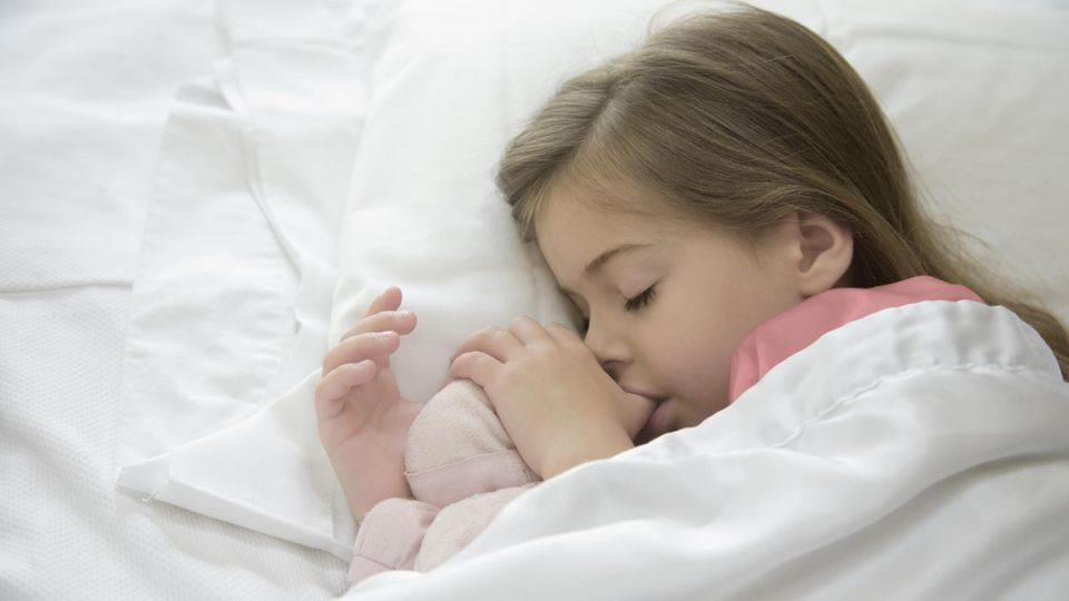 Daumenlutschen - eine ganz natürliche Angewohnheit beim Kind. Dennoch kann sie auch schnell schädlich werden. Wann Sie dem Kind das Nuckeln am Daumen abgewöhnen sollten.