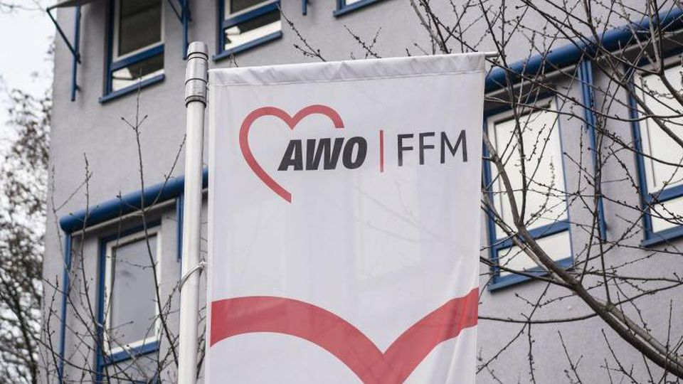 Das Logo der Frankfurter Arbeiterwohlfahrt (Awo) ist auf einer Fahne vor einem Gebäude zu sehen. Foto: Frank Rumpenhorst/dpa/Archivbild