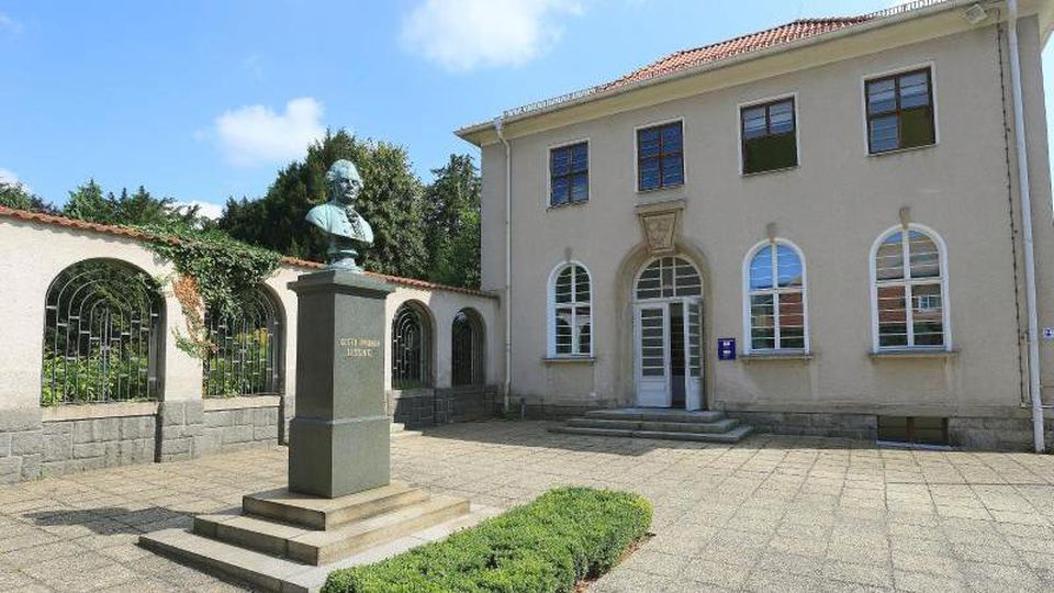 Das Lessing-Denkmal vor dem Lessing-Museum samt Bibliothek. Foto: Jens Wolf/Archiv