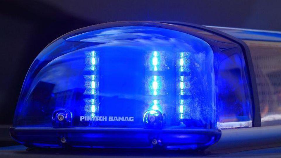 Das Blaulicht eines Streifenwagens blinkt. Foto: Jens Wolf/Archiv