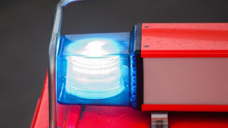 EinBlaulicht leuchtet auf einem Einsatzfahrzeug der Feuerwehr. Foto: Daniel Bockwoldt/dpa/Archivbild