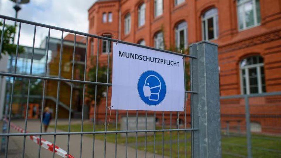 """""""Mundschutz""""-Schild am Eingang eines Gymnasiums. Foto: Klaus-Dietmar Gabbert/dpa-Zentralbild/ZB/Archivbild"""