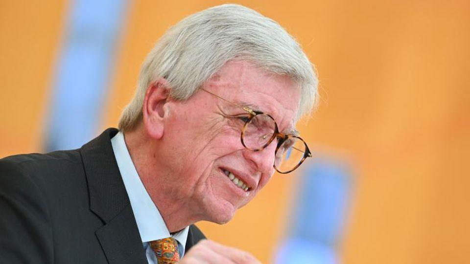 Volker Bouffier (CDU) spricht im hessischen Landtag. Foto: Arne Dedert/dpa
