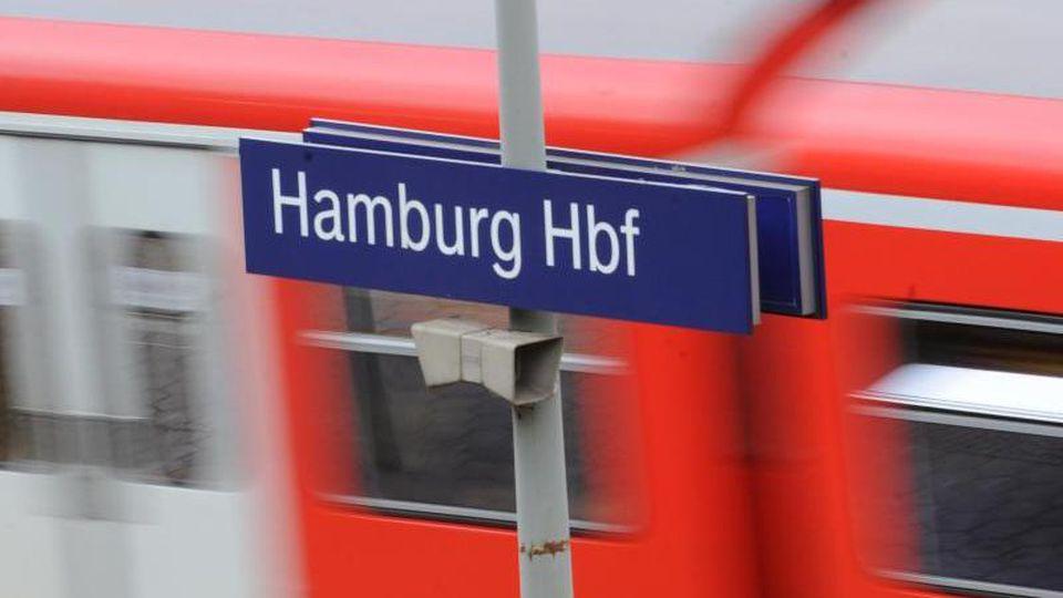Eine S-Bahn verlässt den HauptbahnhofHamburg. Foto: Angelika Warmuth/dpa/Archivbild