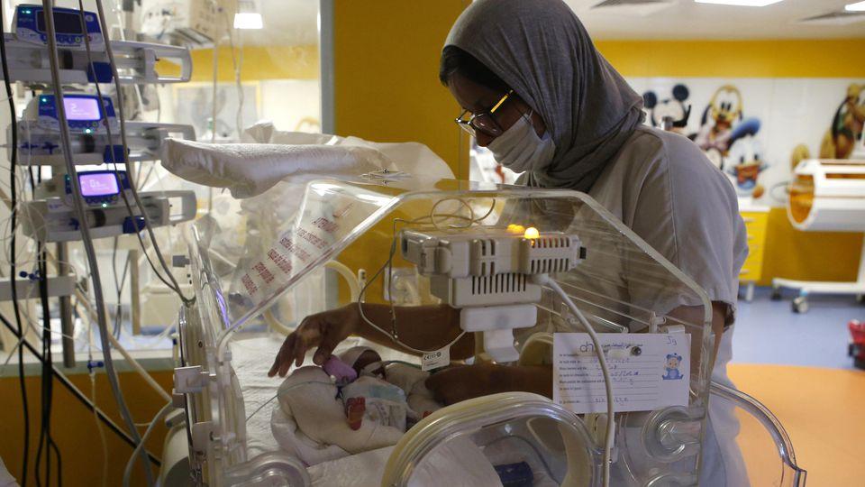 Einer der frühgeborenen Neunlinge wird im Krankenhaus in Marokko von einer Krankenschwester betreut.