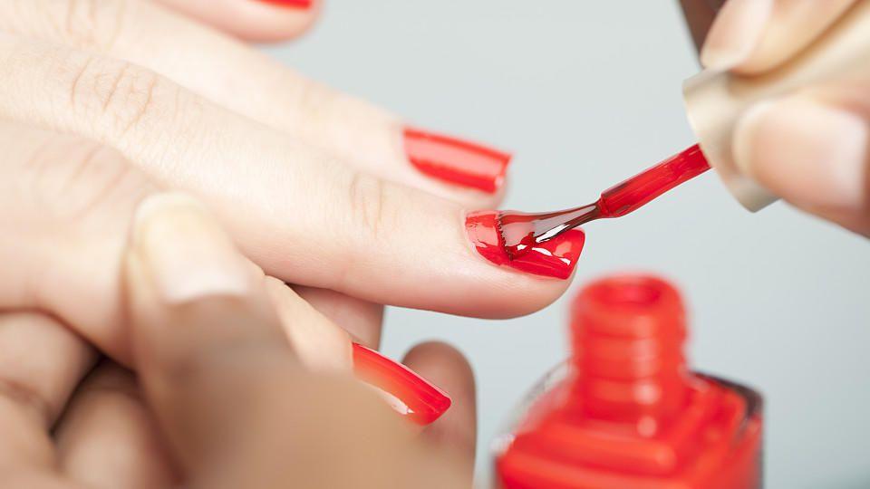 Roter Nagellack wird aufgetragen