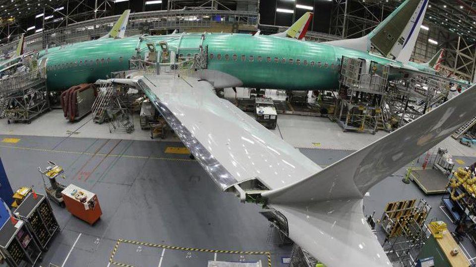 Eine Boeing 737 MAX 8 in einer Montagehalle in Renton (USA). Foto: Ted S. Warren/AP/dpa