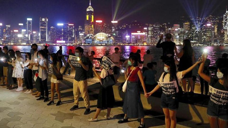 Demonstranten bilden in Hongkong eine Menschenkette. Foto: Vincent Yu/AP