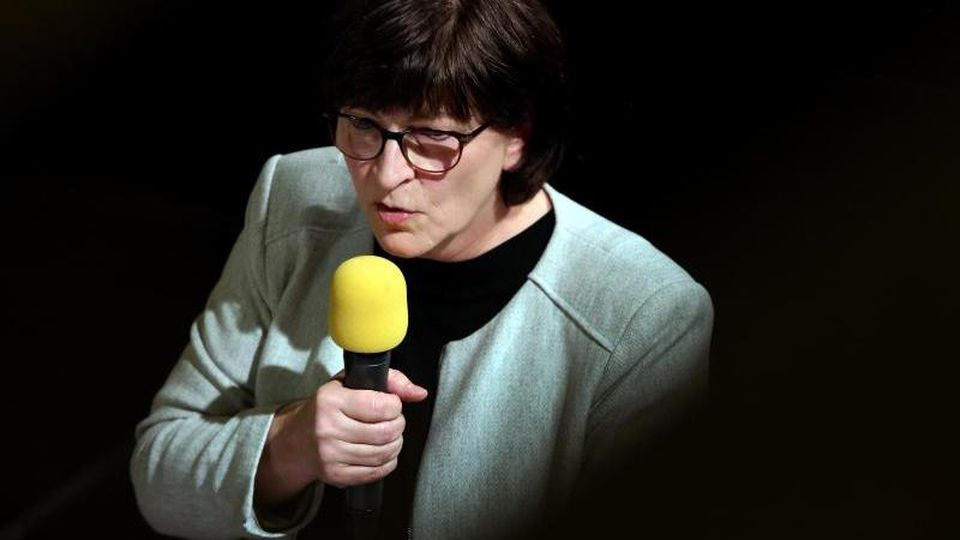Die SPD-Parteivorsitzende Saskia Esken spricht auf dem SPD-Landesparteitag in Aschersleben. Foto: Ronny Hartmann/dpa