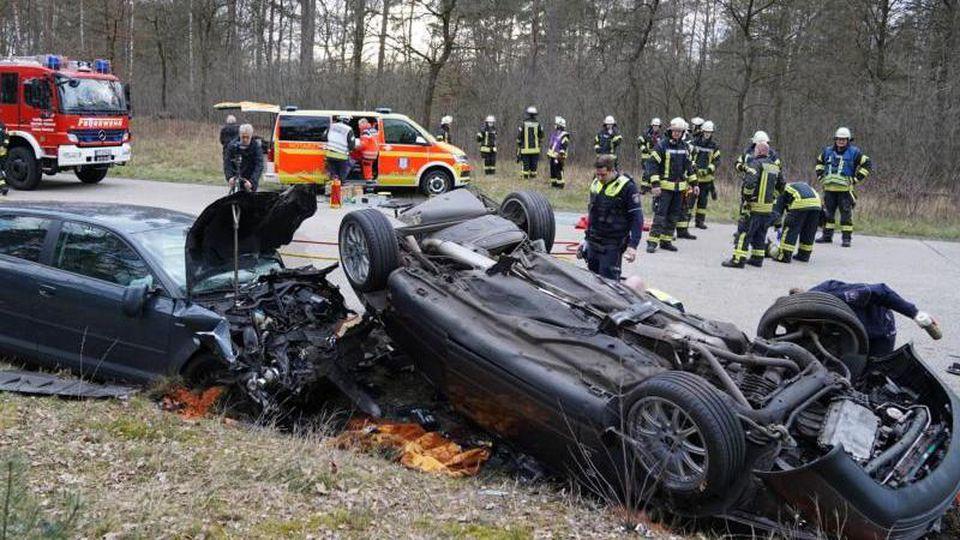 Die beiden Autowracks an der Unfallstelle in Schloß Holte-Stukenbrock. Foto: Christian Mathiesen/dpa