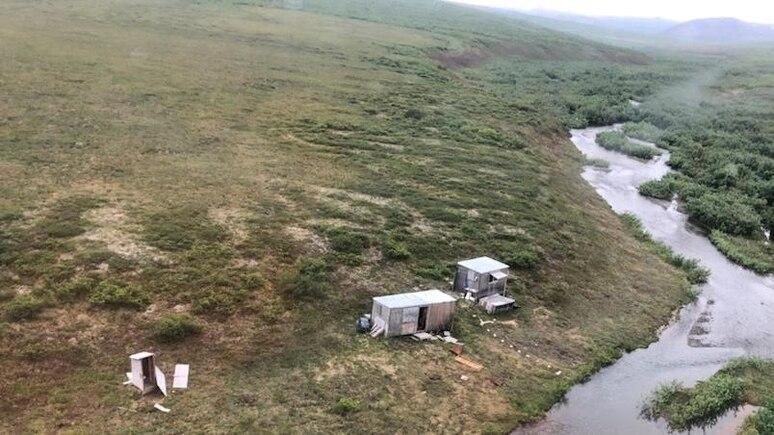 In Alaska wurde ein Mann aus einer Hütte gerettet, der tagelang von einem Bären bedroht wurde.