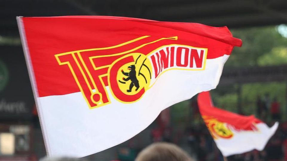 Die Vereinsfahne des 1. FC Union Berlin. Foto: Andreas Gora/Archivbild