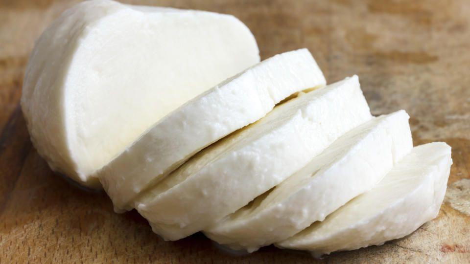 Auch Mozzarella soll E171 zugesetzt sein - es soll den Käse frischer aussehen lassen.