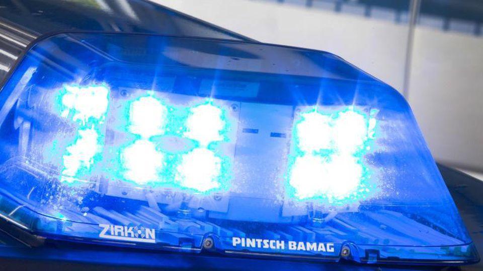 Polizei-Blaulicht. Foto: Friso Gentsch/dpa/Archivbild