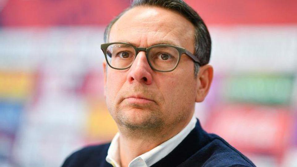 Martin Bader, Geschäftsführer beim 1. FC Kaiserslautern, sitzt auf dem Podium. Foto: Uwe Anspach/Archivbild