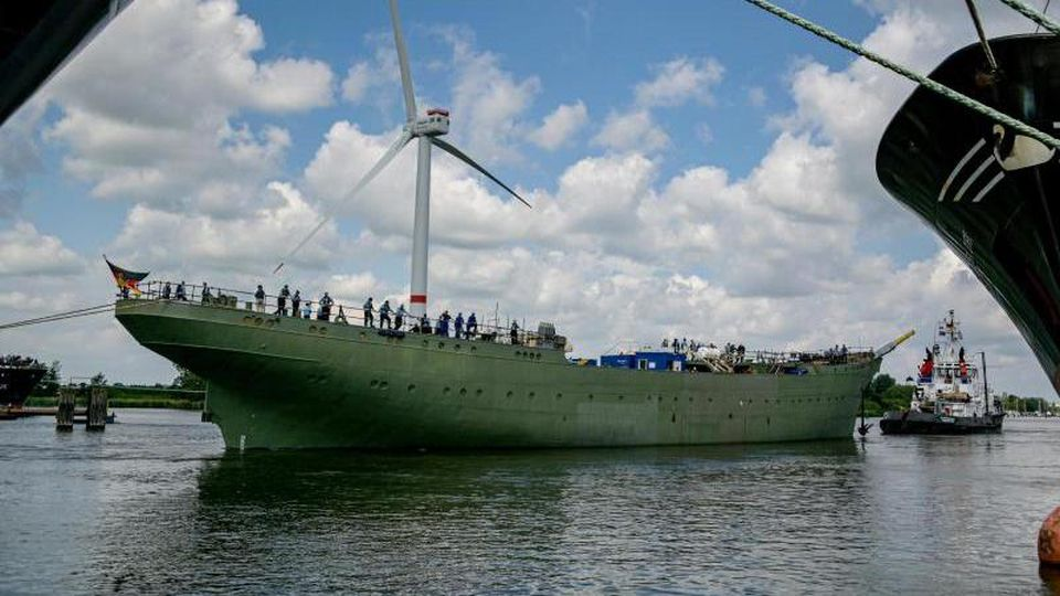 """Das Marine-Segelschulschiff """"Gorch Fock"""" (M) wird aus einem Dock der Bredo-Werft von einem Schlepper ausgedockt. Foto: Axel Heimken/Archivbild"""